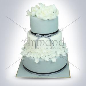 Tort de nunta gri cu flori albe