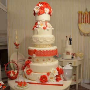 Tort de nunta Alb si rosu elegant