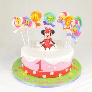 Tort Minnie Mouse cu acadele colorate