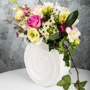 Aranjament floral in vas de portelan melc