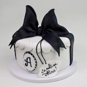 Tort elegant cu funda neagra