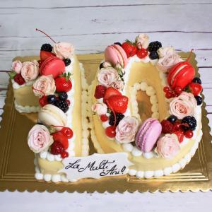 Tort Cifre cu flori, macarons si fructe