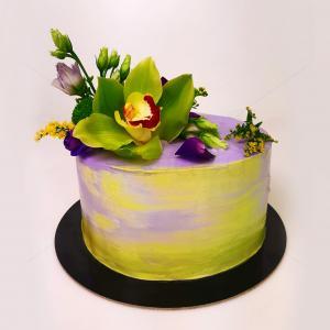 Tort elegant cu flori naturale