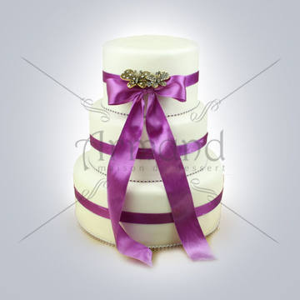 Tort pentru nunta Ivory cu funda mov si fluturi