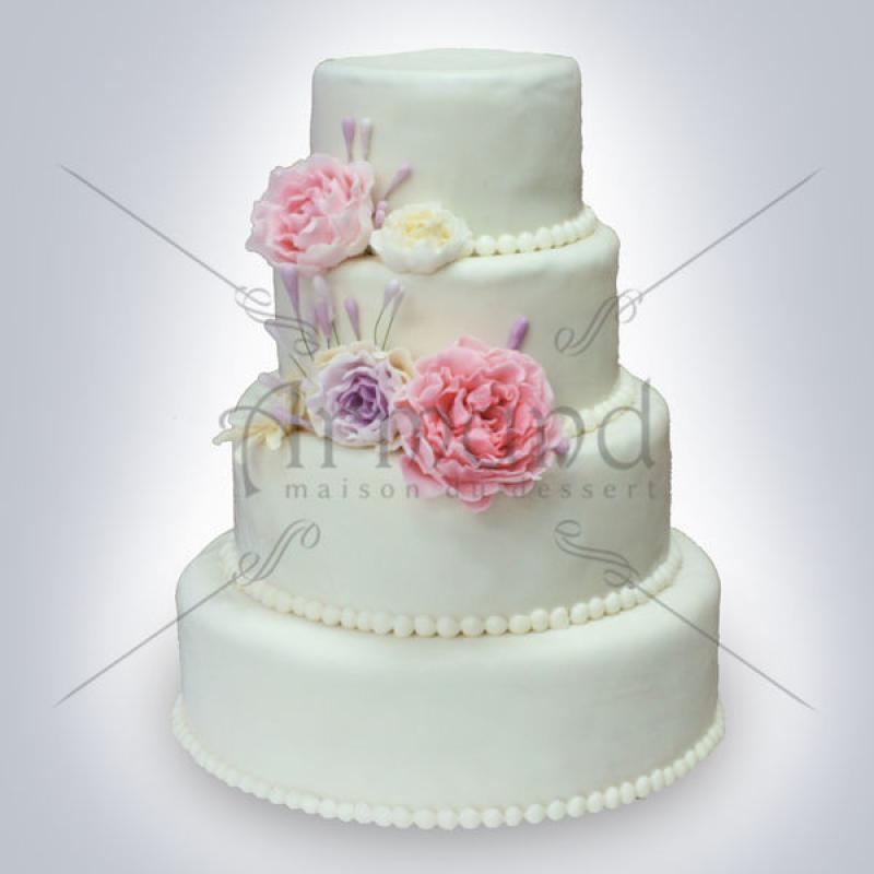 Tort de nunta alb cu bujori roz-lila