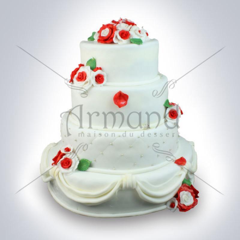 Tort de nunta alb cu falduri si flori rosii