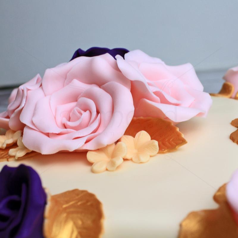 Tort cu flori roz si mov
