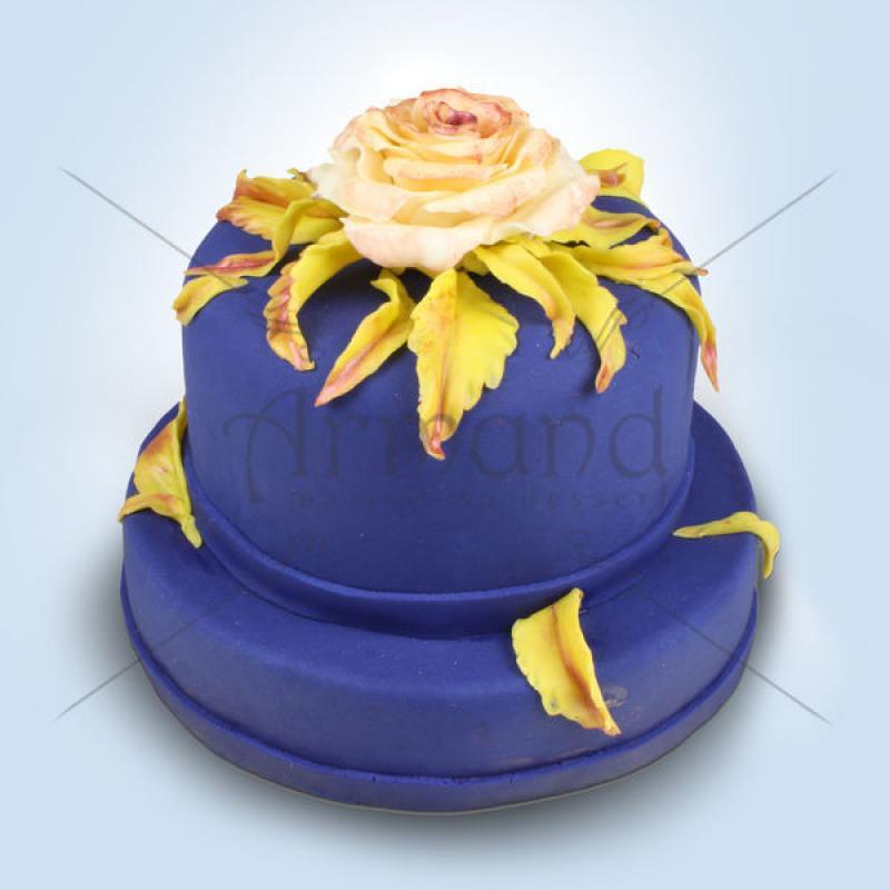 Tort Mov elegant si trandafirul crem