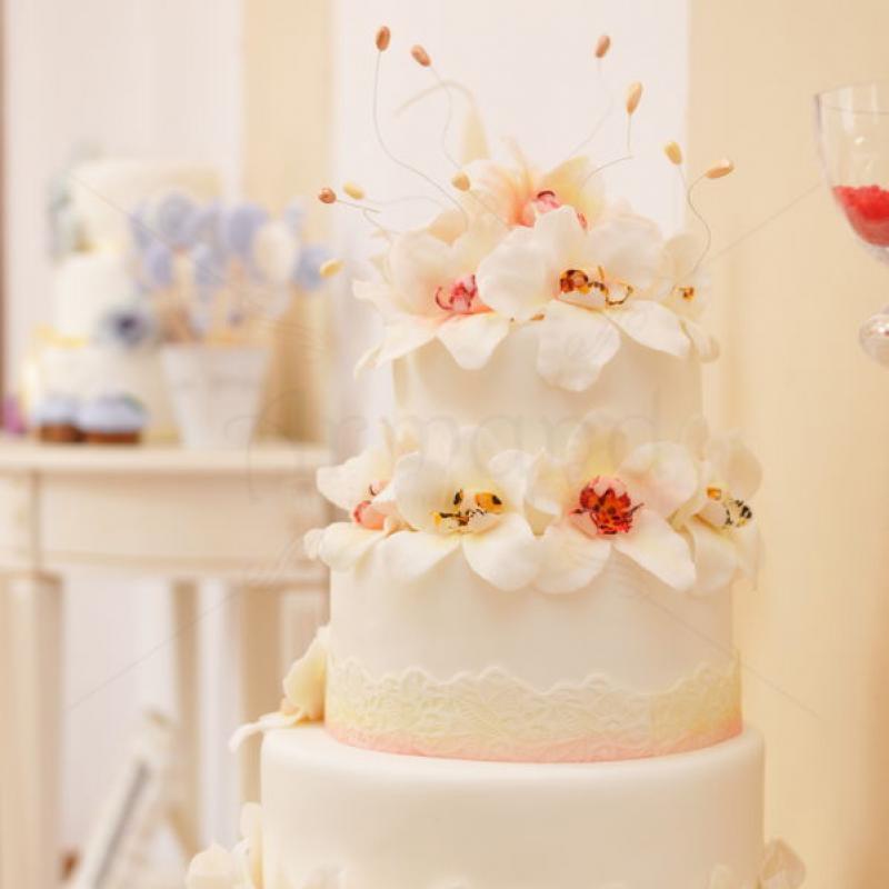 Tort de nunta Orhidee albe
