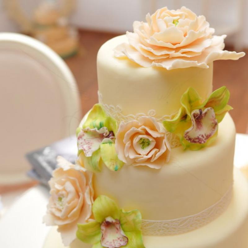 Tort de nunta Orhidee si dantela