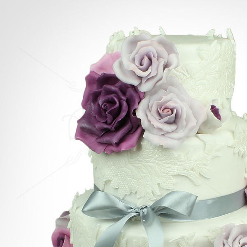 Tort de nunta Trandafiri mov si dantela eleganta