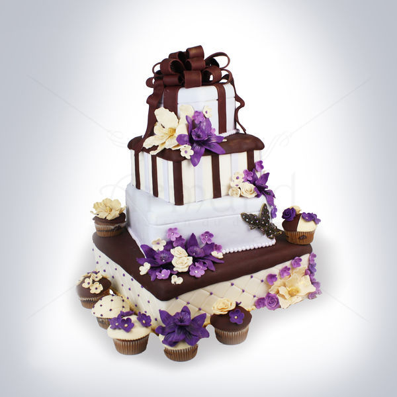 Tort de nunta Cutii cadouri si flori mov