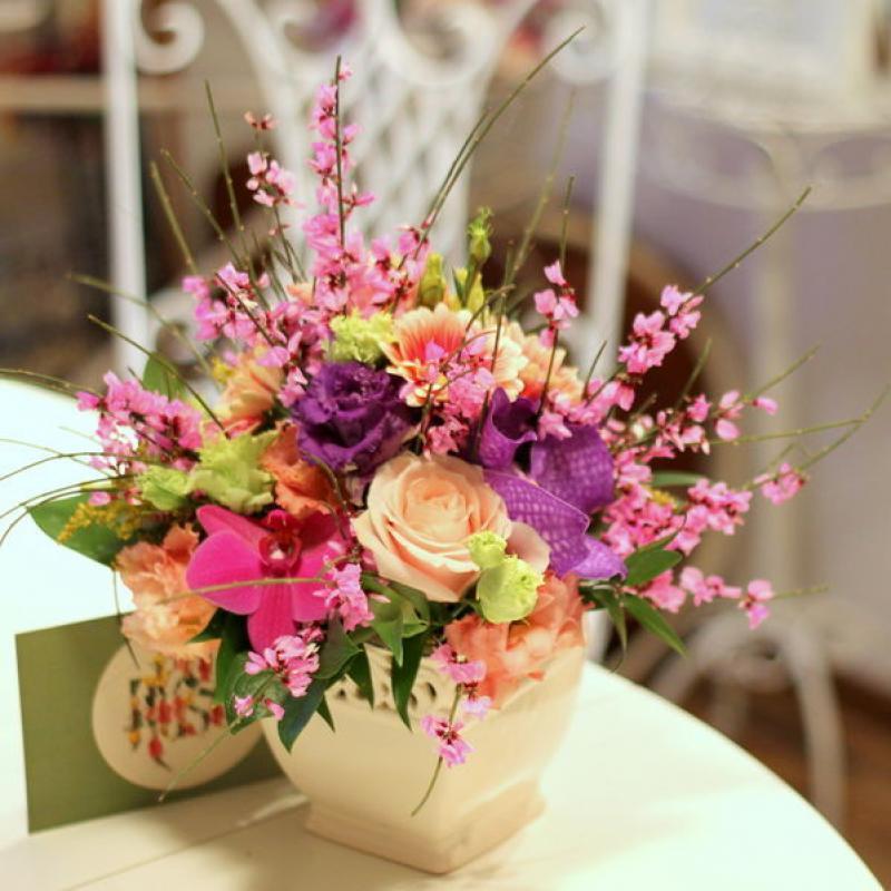 Aranjament floral in vas ceramic datelat