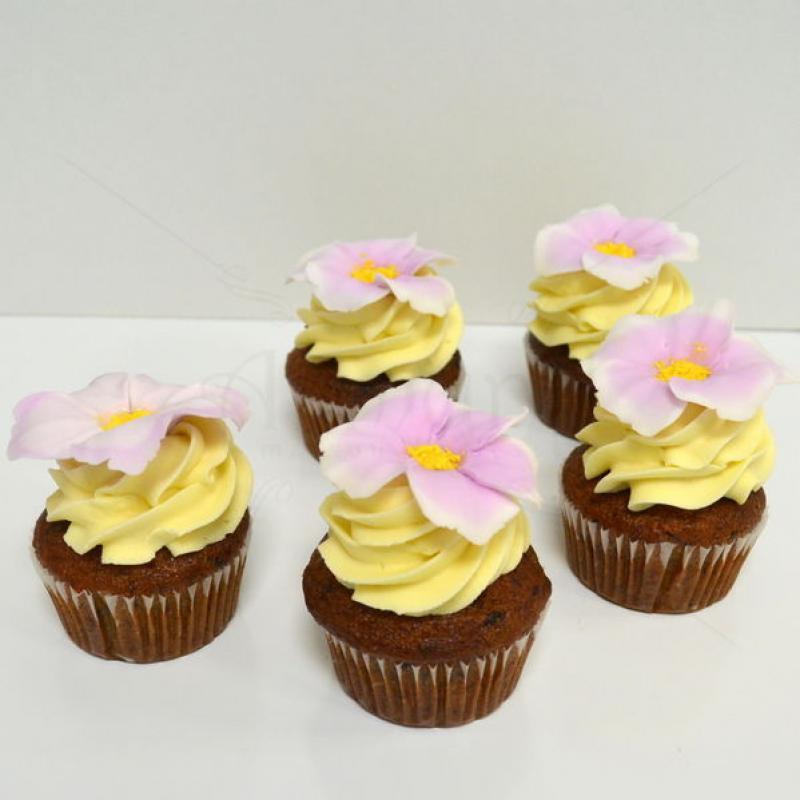 Cupcakes cu crema si flori