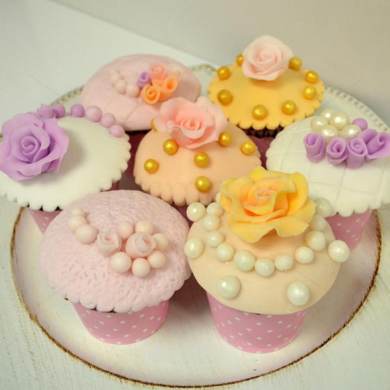 Cupcakes colorate cu floricele si perle