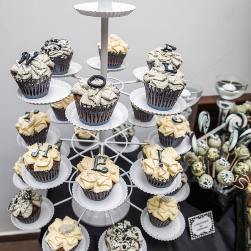 Cupcakes albe, negre si argintii