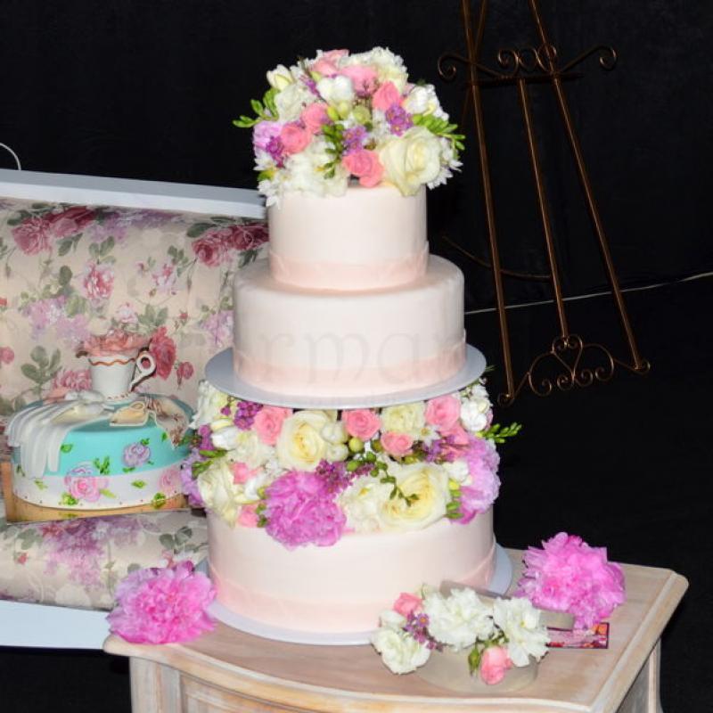 Tort nunta aranjament flori naturale