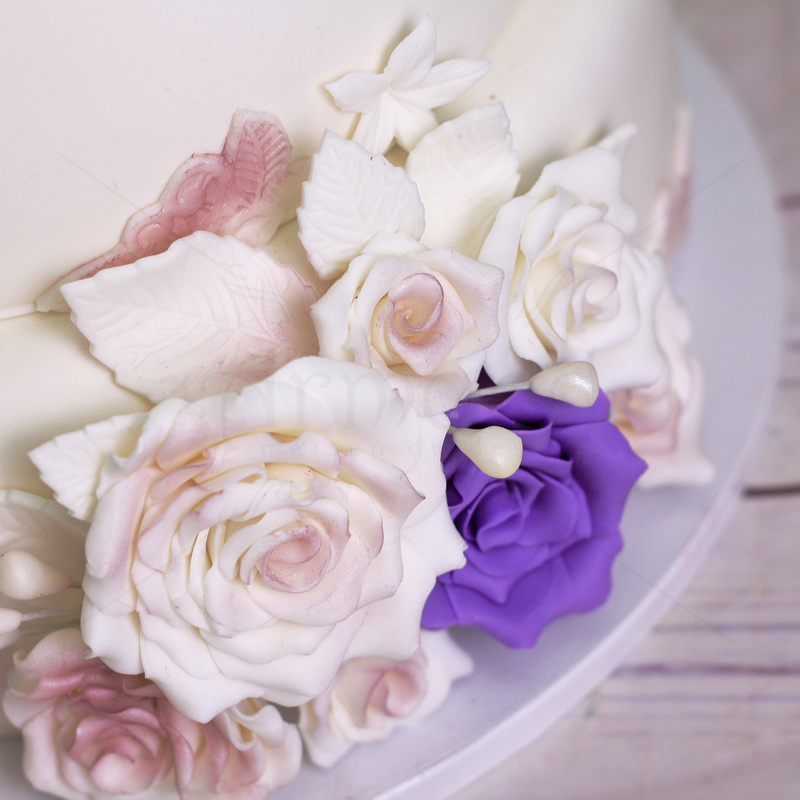 Tort nunta cu trandafiri albi si mov