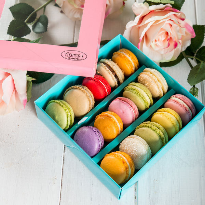 Cutie 15 macarons pentru Ea