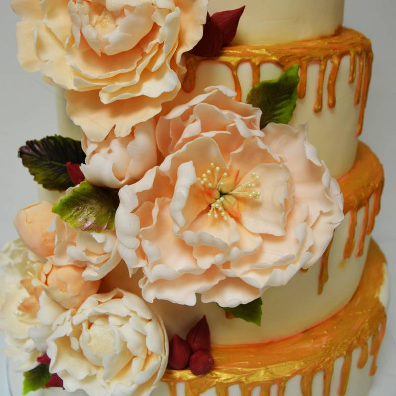 Tort ciocolata aurie si flori pastel
