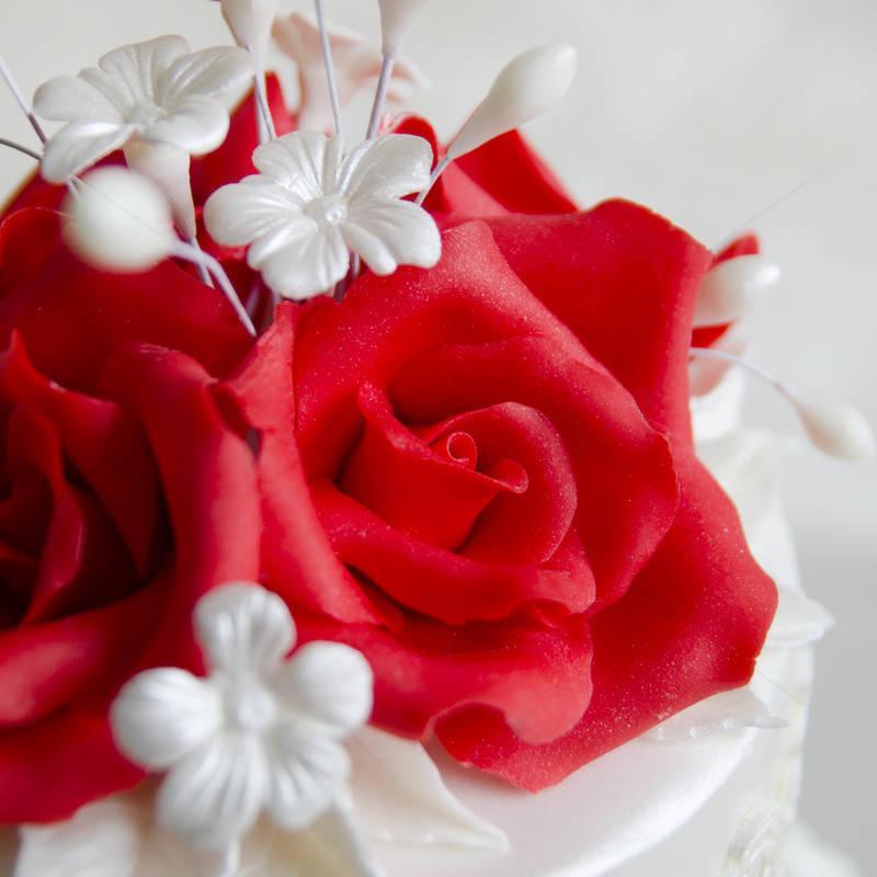 Tort Dantela si trandafiri rosii