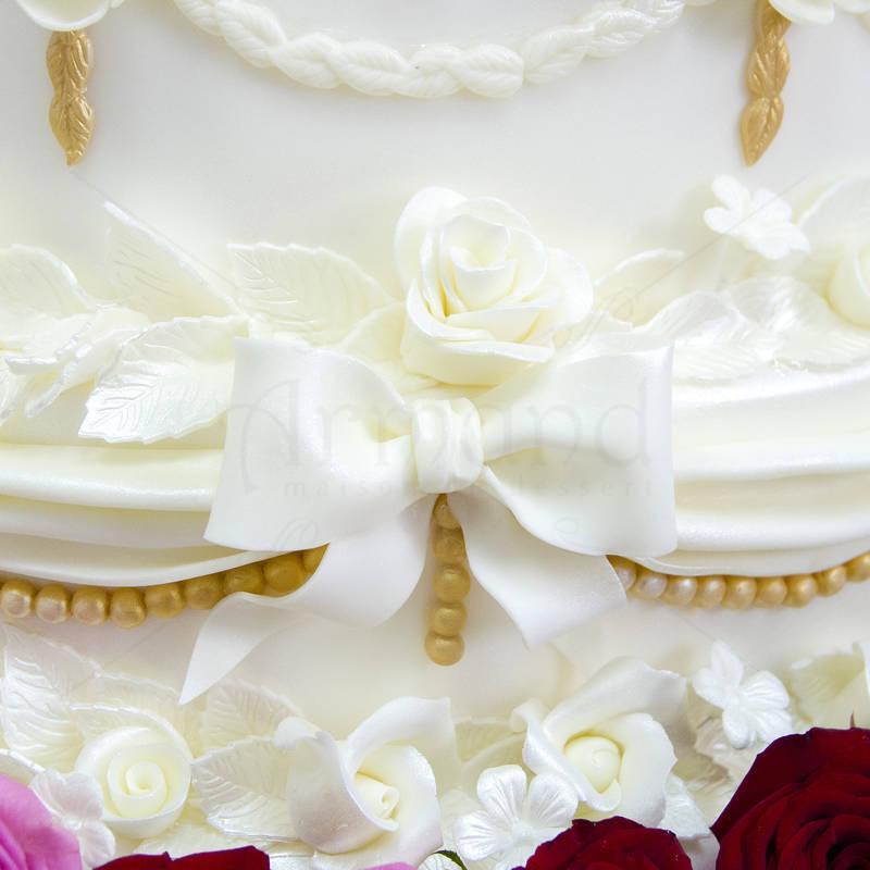 Tort de nunta 200 de trandafiri