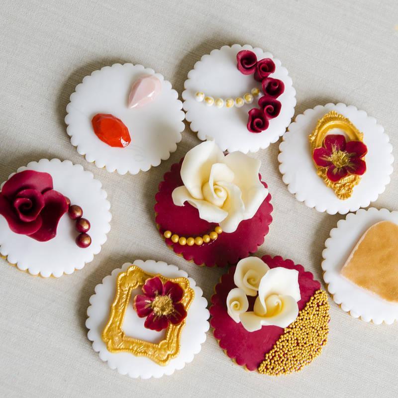 Biscuit personalizati alb-bordo