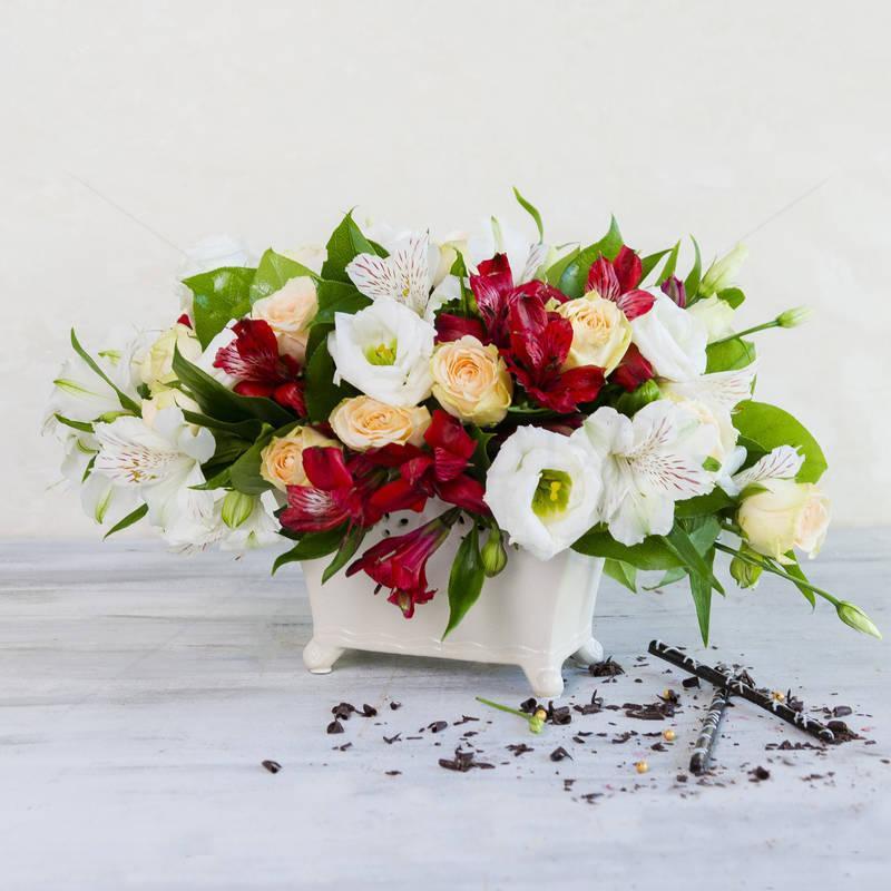 Aranjament floral in vas dantelat