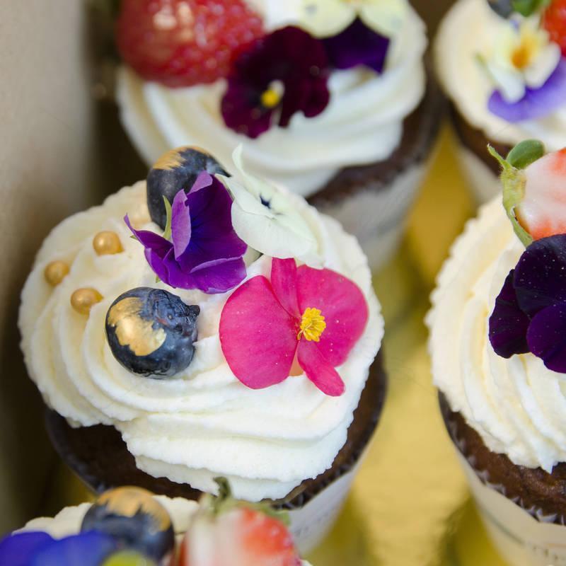 Cutie cadou 12 Cupcakes Flori naturale