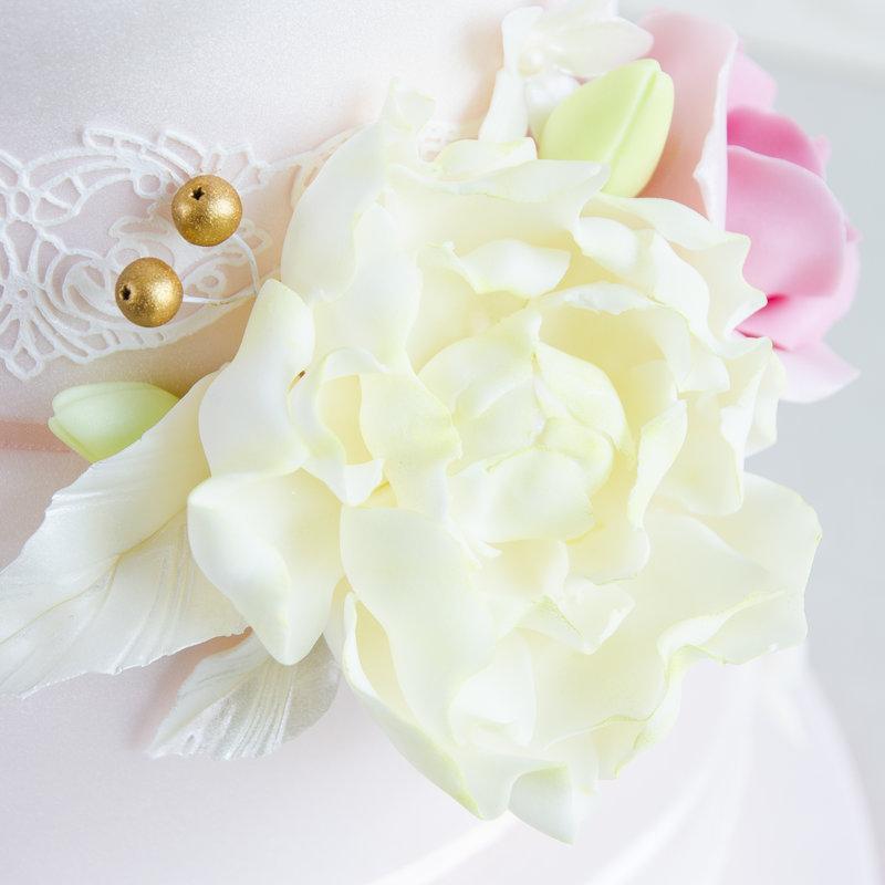 Tort Bujori Albi si Trandafiri Roz