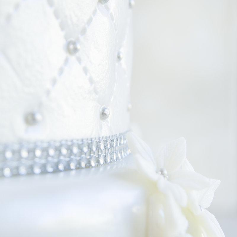 Tort Nunta Alb si Argintiu