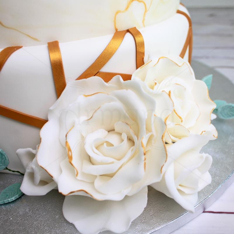 Tort nunta cu flori albe si detalii aurii