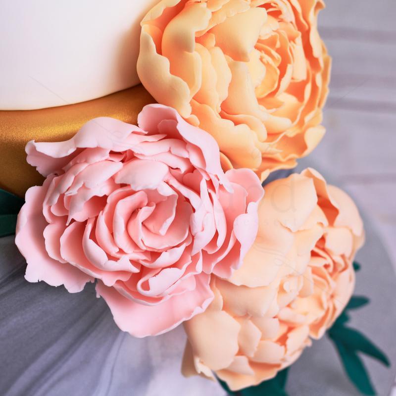 Tort de nunta cu flori pastelate si elemente aurii moderne