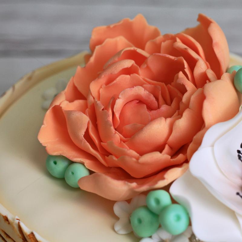 Tort de cununie cu scoarta de lemn si flori pastelate