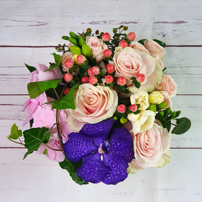 Aranjament floral Pasteluri Delicate in vas ceramic