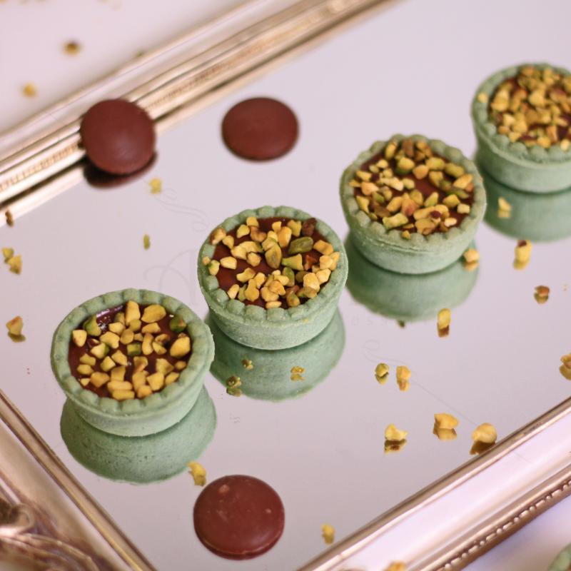 Mini tarte cu faina de migdale, caramel si ciocolata neagra