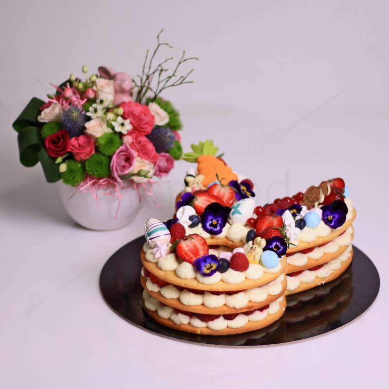 Pachet cadou tort iepuras si aranjament floral
