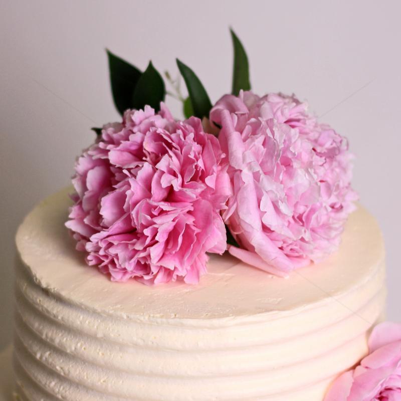 Tort alb cu flori naturale