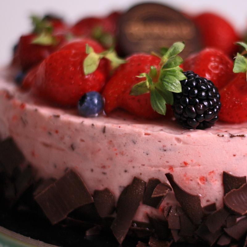 Tort mousse capsuni si ciocolata neagra